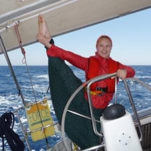 Девушка путешествует на яхте