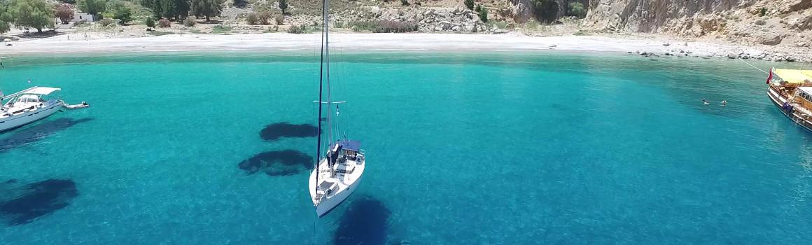 яхта стоит в море